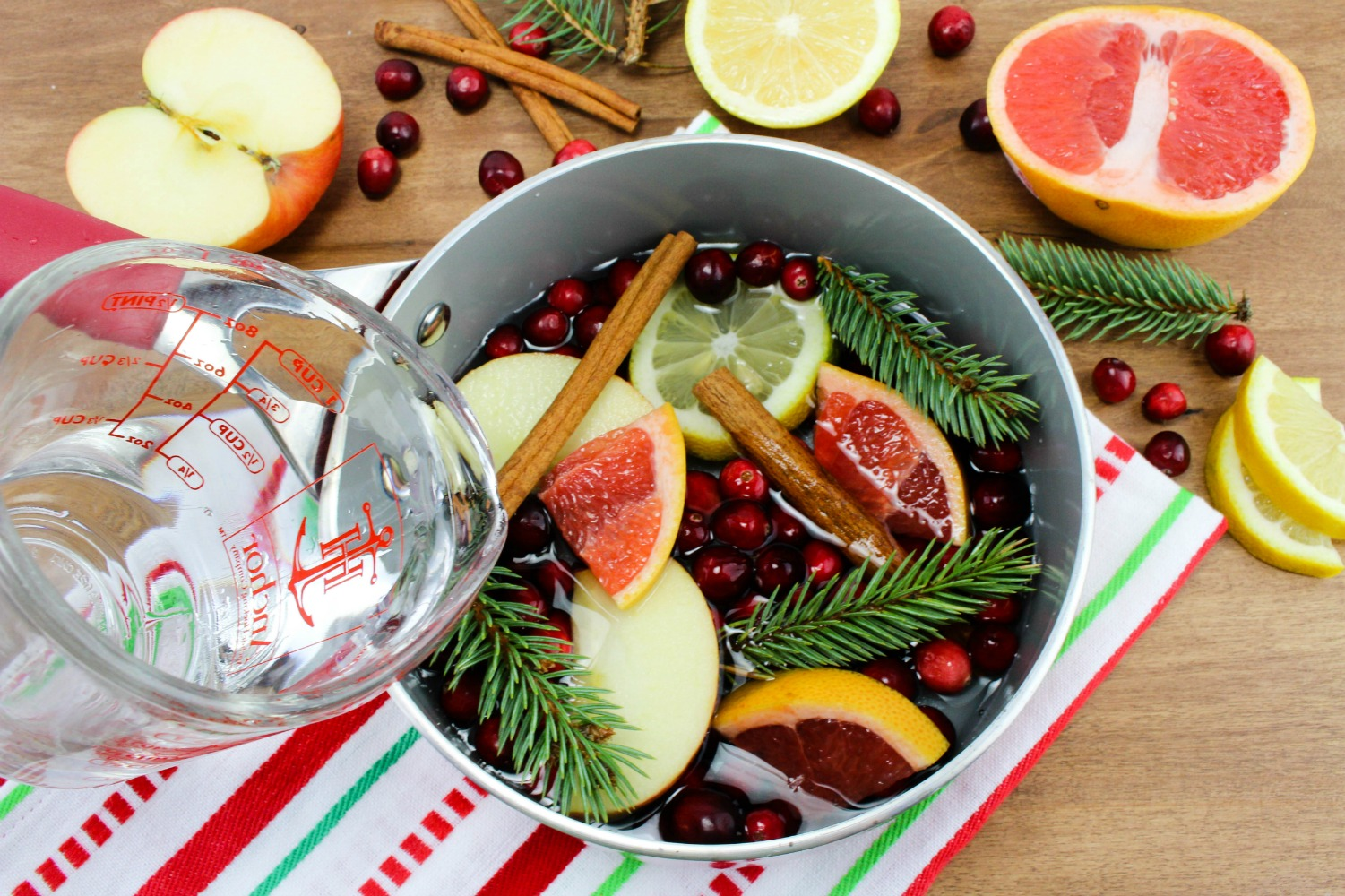 Stovetop Christmas Potpourri, Stovetop Winter Potpourri, This DIY Potpourri is perfect for the Holidays and smells amazing, easy to make Potpourri Recipe, Christmas potpourri stovetop, Christmas potpourri recipe
