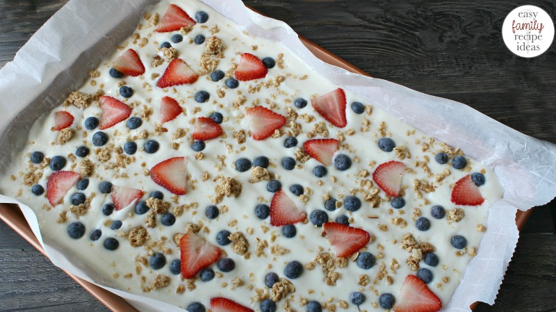 Delicious Healthy Yogurt Bark, This Healthy and easy to make Frozen Yogurt Bark is SOOO Tasty. A Red, white, and blue breakfast idea is perfect for summertime. Make a Yogurt Bark Recipe for a snack or dessert too.