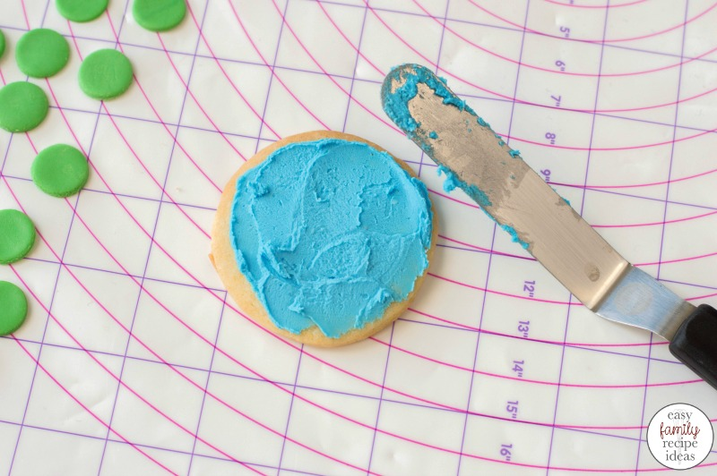 Bring on all of the little mermaids and serve them Mermaid Cookies for your next ocean themed party. These Under the Sea Cookies are Delicious and adorable, This is an easy mermaid recipe to make for a mermaid themed party food.