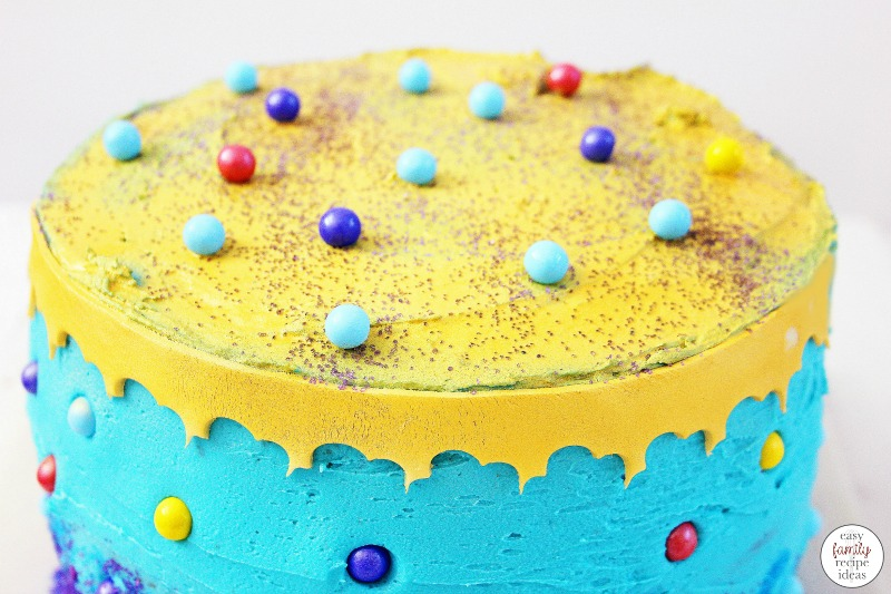 This Aladdin Cake is Easy to make and quite beautiful. You're going to love the bright colors that really make this Disney cake stand out!  Whether you are throwing a fabulous Arabian night party or your daughter loves Princess Jasmine, this delicious layered cake is the best! Aladdin Birthday Cake, Aladdin Cake Ideas, Aladdin Party Food Ideas