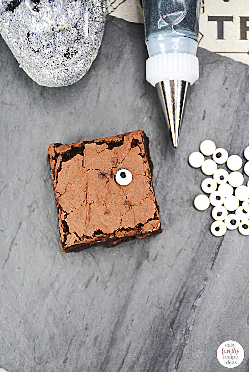These adorable Halloween Cupcakes are the perfect thing for Hocus Pocus fans to enjoy this October. You'll love these tasty hocus pocus treats! They combine everything you love about cupcakes and brownies with a delicious frosting. Witch themed recipes, Spellbook brownies, and Halloween Treats are delicious and fun to make